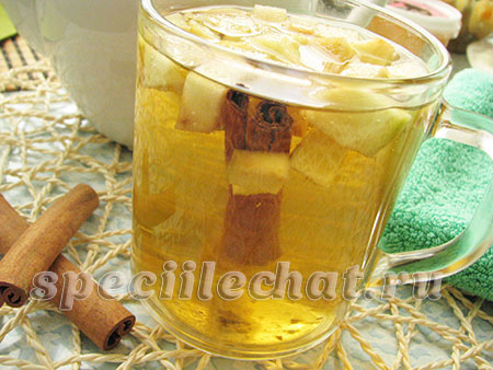 Ароматный чай с корицей и яблоком
